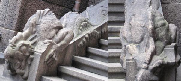 Foto von einer Basilisken-Skulptur